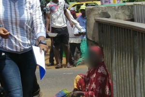 Une mendiante assise sur le pont qui mène à l'aéroport Conakry Gbessia. Crédit photo: www.bantagni.mondoblog.com